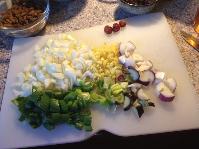 Picar la cebolla y el jengibre. Usted puede utilizar el ajo, si quieres. Me gusta un poco de calor en mi salsa picante, así que añadió algunos chiles secos. Solía 5 y los dejé todo para que cuando el calor es como me gusta que puedo quito