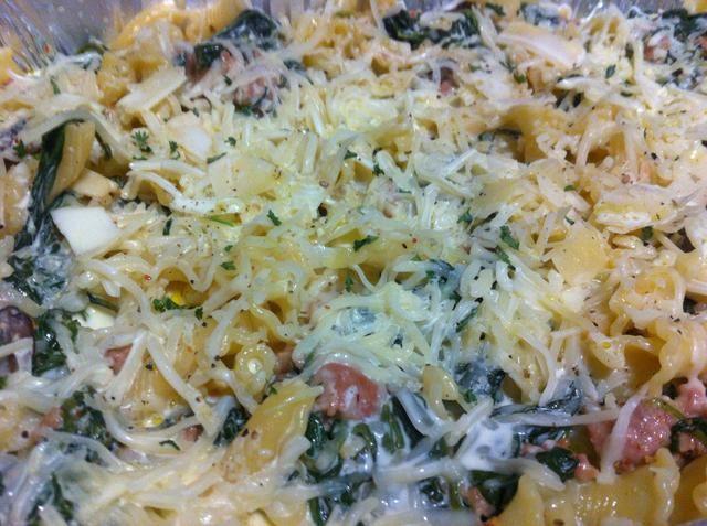 Espolvorear con queso mozzarella, parmesano, pimienta y el perejil