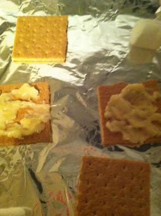 Organizar galletas Graham en la cacerola y Spread rodaja de plátano en la galleta graham