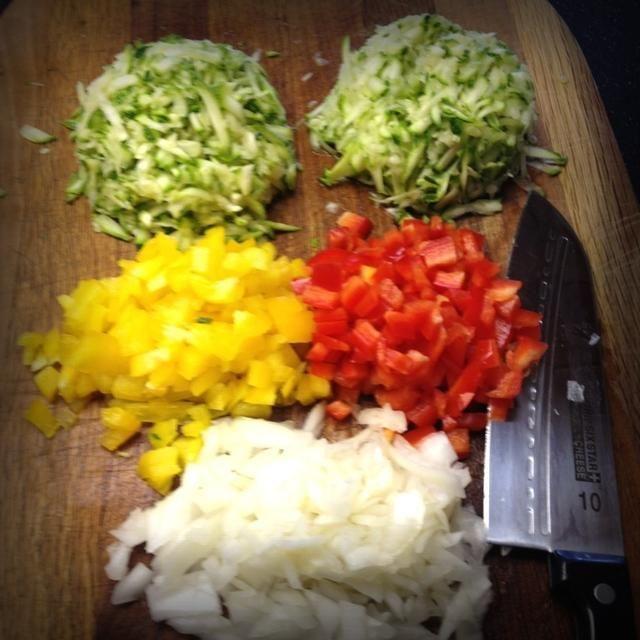 Chop medio de un pimiento amarillo, un pimiento rojo y una cebolla amarilla (media taza cada una)
