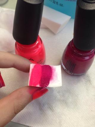 Pinte ambos esmaltes sobre una esponja maquillaje.
