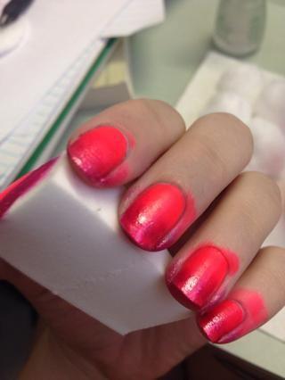 Frote la esponja en las uñas varias veces hasta obtener los tonos que desee. Deje que cada capa se seque por lo menos un poco. Yo prefiero poner el color más oscuro hacia las puntas.