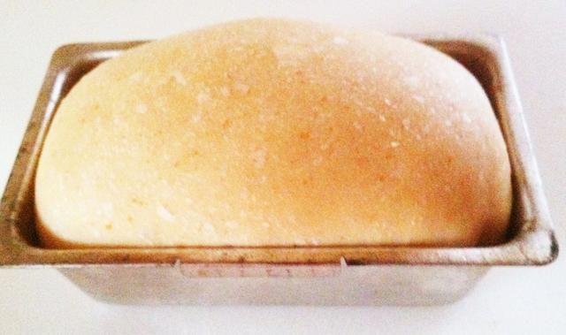 Después de la segunda ascendente / pruebas, cocer en el horno precalentado a 375 grados durante 45 minutos. Por este tiempo el pan debe ser de color marrón y con aroma.