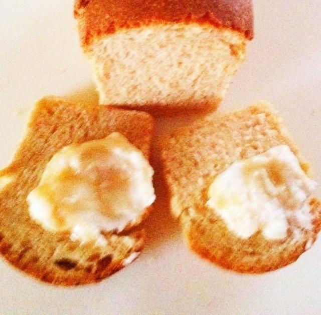 Retirar del horno y golpee la parte superior de la barra de pan. Debe sonar hueca. Si no, hornear durante unos minutos más. Después de que se cuece, fresco. Servir con queso de yogur rociados con un jarabe de arce.