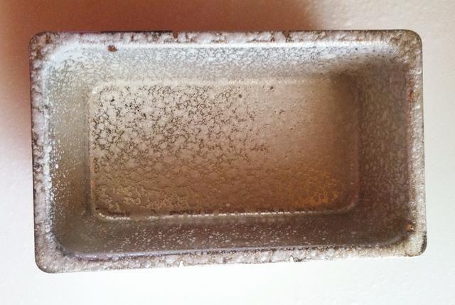 Engrasar un molde para pan. Utilizando las 2 cucharadas de harina reservada, espolvorear a bordo. Amasar la masa y hacer en una forma de hogaza. Colocar en un molde para pan, tapar y dejar en un lugar cálido durante 45 minutos más.