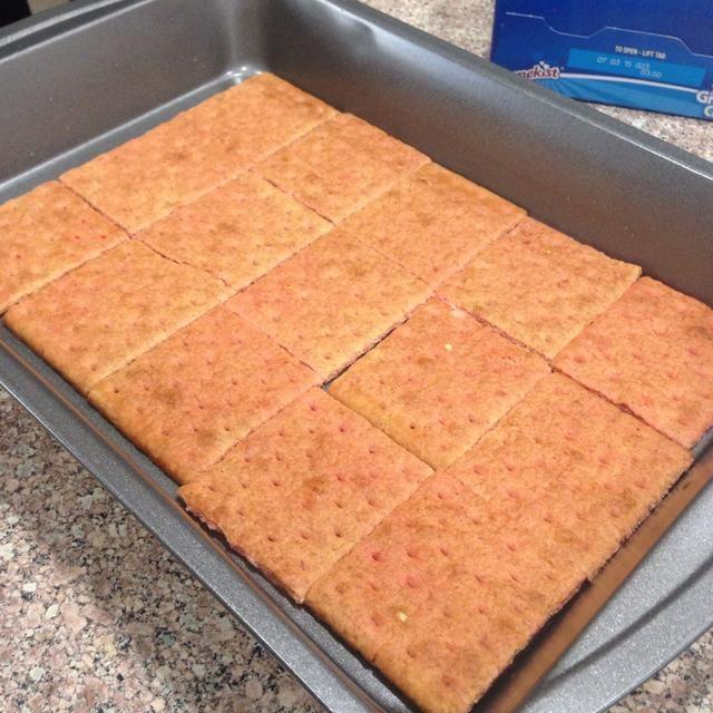 Coloque las galletas graham después de la inmersión en la sartén como este.