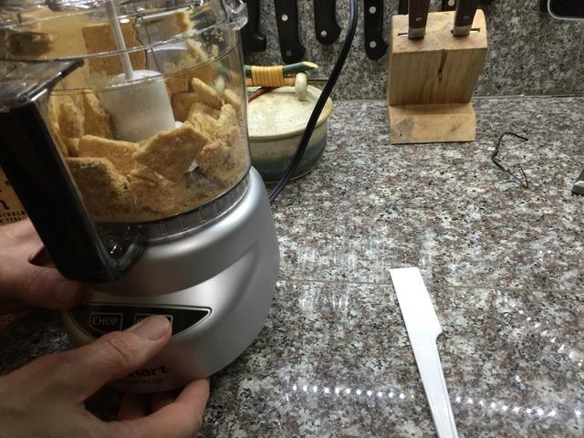 Moler las galletas en un procesador de alimentos hasta que esté muy bien.