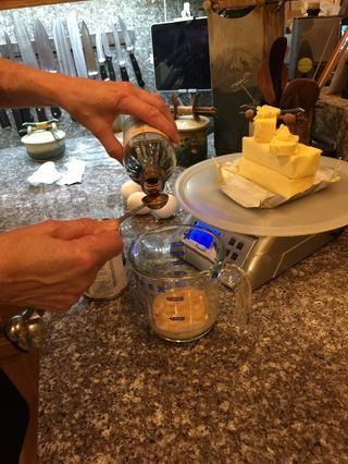 Mezcle los ingredientes húmedos en una taza de medir