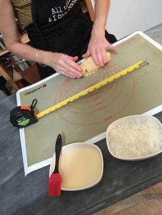 Comience formando con los dedos en un pequeño cilindro - nota la cinta métrica!