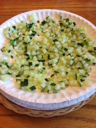 Añadir un plato, agregue pepino.
