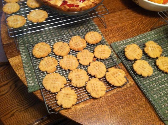 Después de esperar un poco (unos 2-3 minutos) tomar las galletas de la hoja y sobre una rejilla para enfriar.