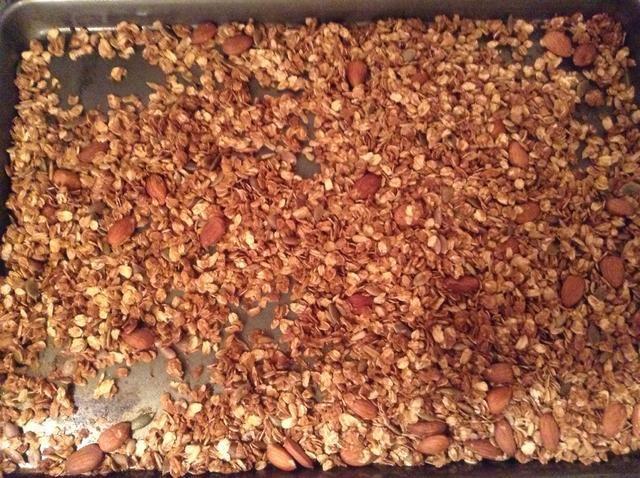 Hornear durante 35 minutos. Revuelva cada 5-10 minutos por lo que la granola doesn't burn on one side