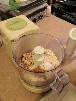 Combine los ingredientes secos (cereales, avena, sal y canela) en el procesador de alimentos.