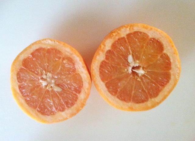 El jugo de 1 pomelo. Retire la cáscara con un rallador o rallador antes de apretar.