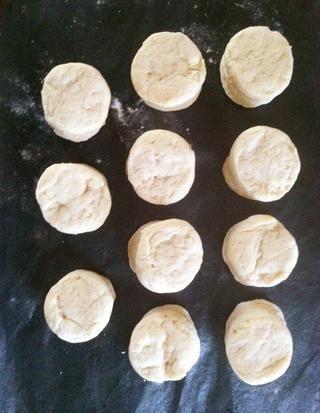 Cortar las galletas en rodajas y colocar en la estera de silicona (arriba) o una bandeja engrasada. Precaliente el horno a 450 grados.