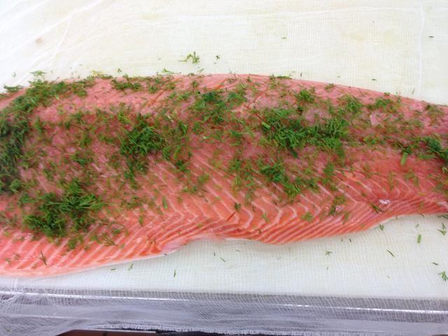 Exprima el jugo de limón sobre la carne del salmón, espolvorear con el resto si la mezcla de eneldo y cura.