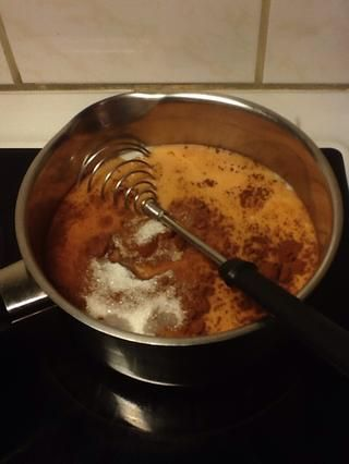 Mientras tu're waiting for it to boil you can add the cocoa powder and the sugar. You decide how much sugar and powder, depending on how sweet and