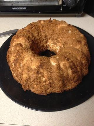 Cuando el pastel se hace refrigeración, ejecute un cuchillo por los bordes y voltear en un plato. La torta se puede comer así, pero sigue los pasos a seguir para una experiencia de pastel de ángel fuera de este mundo