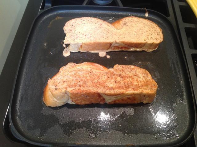 En una sartén recubierto con mantequilla, ajustado a fuego medio, freír las tostadas francesas durante unos 2-3 minutos por cada lado. usted're looking for a nice golden brown color. You can also fry the bottom edge if you like.