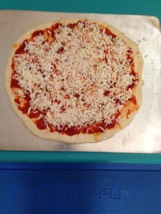 Extender la salsa y el queso sobre la pizza. Si quieres una pizza normal, eso es todo!