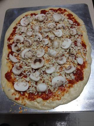 Añadí setas a uno y el brócoli y ricotta a la otra. Hornee hasta que la masa esté dorada y el queso se haya derretido y burbujeante. Una vez hecho esto la cocción, deje la pizza reposar durante cinco minutos para descansar.
