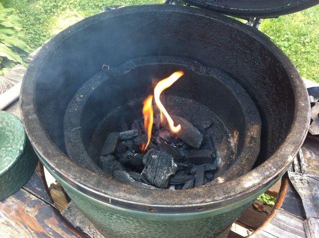 Ponga carbón en trozos en la parrilla y comenzar el fuego.