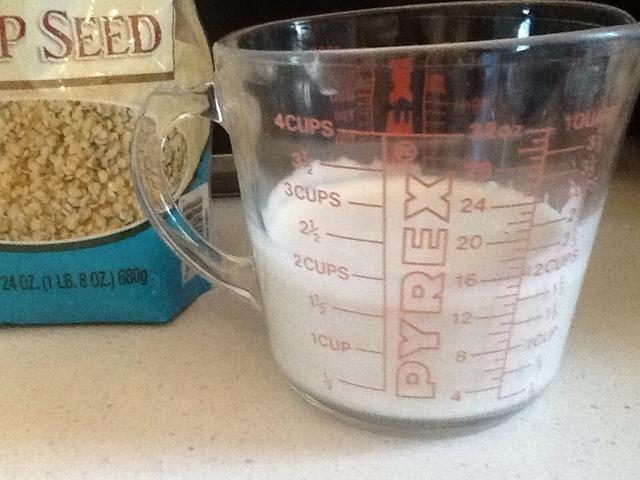 Con la leche de cáñamo, agregue la vainilla y la goma guar.