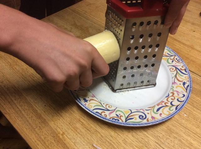 Rallar media taza de queso parmesano