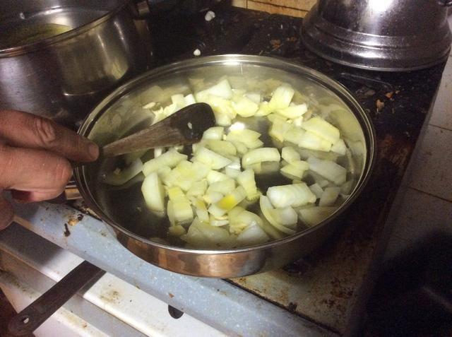 Mezcle la cebolla y el ajo durante unos minutos para ablandar