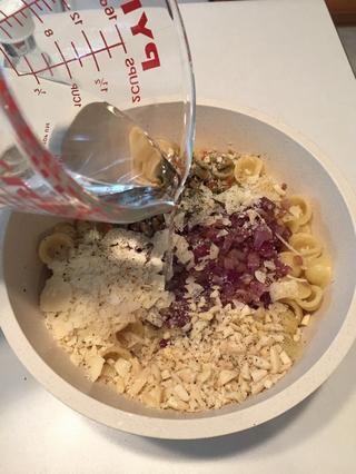 Añadir líquido reservado de cuando agotado la pasta. Si usted se olvidó de ahorrar algo, que's OK, just use water. Mix well.