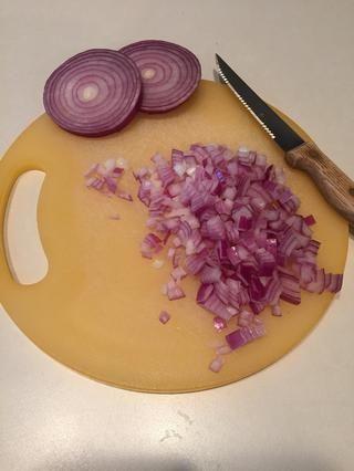 Mientras la pasta se cocina, cortar la cebolla.
