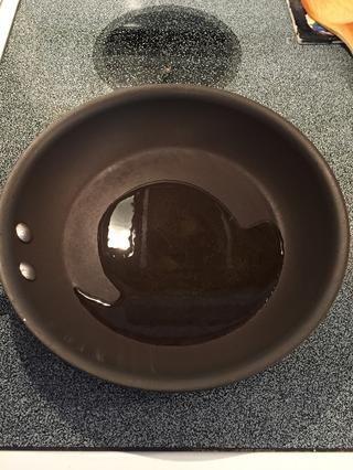 Añadir el aceite a la sartén y calentar a fuego medio.
