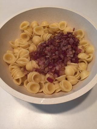 Agregue las cebollas a la pasta.