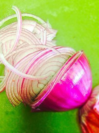 Ok ida y calentamiento. yo'm slicing red onion very thin into half moon slices