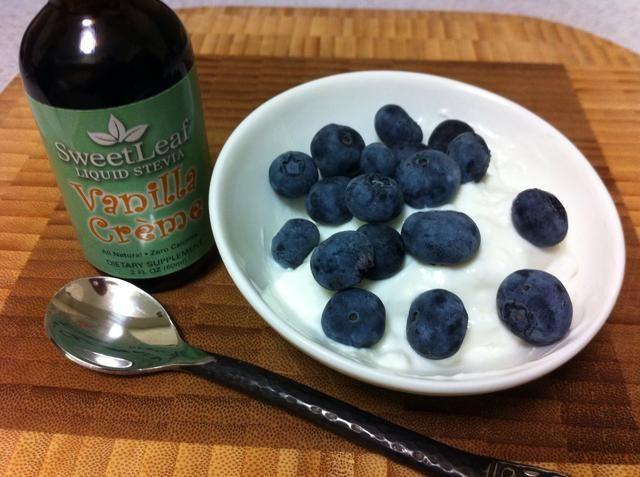 Añado una o dos gotas de las gotas de Stevia con sabor y cubra con arándanos. Mmm !!!
