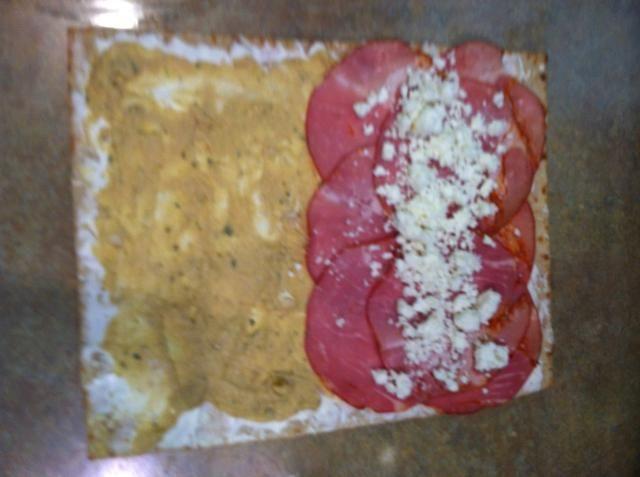 Coloque una fila de queso de cabra desmenuzado o feta.