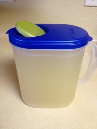 Una vez que el té verde se ha enfriado, añadir limonada a la jarra y mezclar con una cuchara. Esto es lo que me dieron en una jarra.