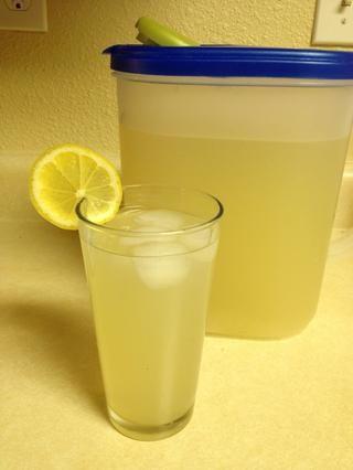 Añadir una rodaja de limón a un lado de su copa y disfrutar! (Perdón por el rayo terrible por cierto!)