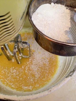 Añadir la harina de torta filtrada y batirlo