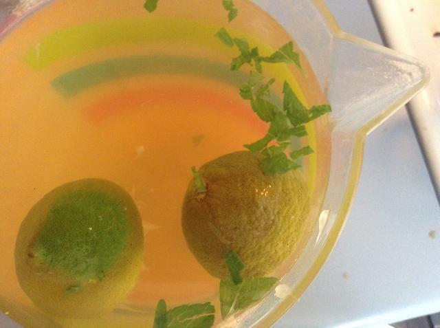 Después de cortar agradable y pequeña agregarlo a la mezcla de té.