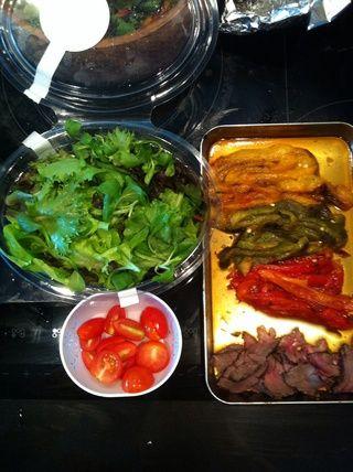 Así que ahora tenemos hojas de ensalada, tomate cherry nuestras parrillas pimiento y cortar en rodajas finas sobra carne