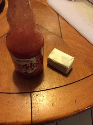 En una cacerola pequeña sobre med-fuego lento, derrita la mantequilla y agregue la salsa caliente ...