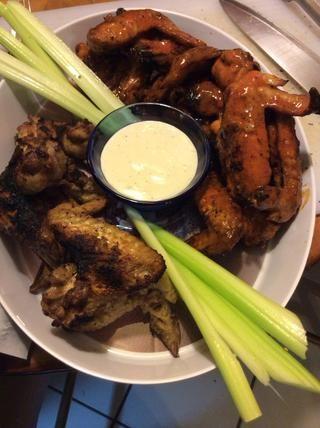 Montar un plato para servir, agregue aderezo ranch de inmersión y apio tallos. Coloque el pollo en todo y verter la salsa restante sobre el pollo. ¡¡¡DISFRUTAR!!!