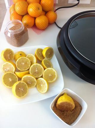Lavar los limones muy bien y usar los orgánicos si es posible. Cortar por la mitad y colocar 1/3 de azúcar en un tazón pequeño y luego sumerja cada mitad en el azúcar.