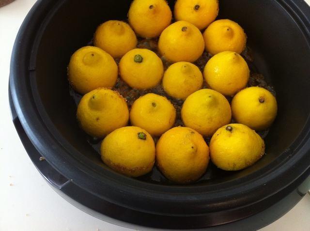 Caliente la parrilla a 450F y lugar limones como se ve aquí. ¡No cubrir! No hay necesidad de, simplemente parrilla brevemente durante 3-4 minutos para conseguir marcas (dorar) en los limones. Don't over cook them they get mushy.