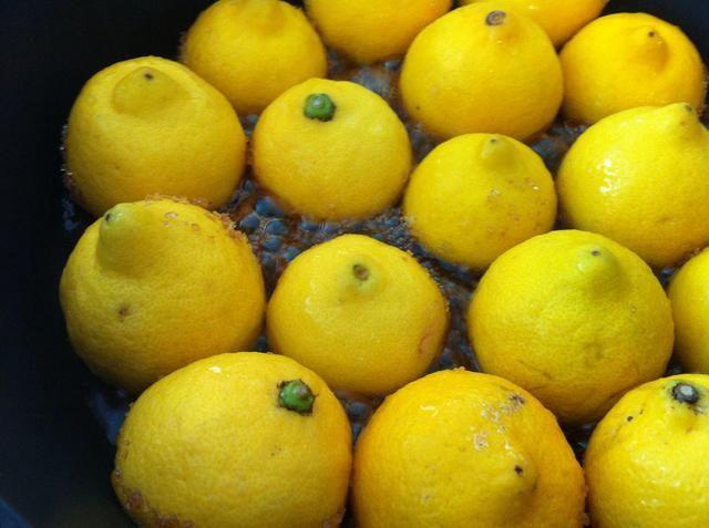 En pocos minutos verá aparecer un jarabe burbujeante ... mmm! Su cocina se iniciará con olor a limón dulce caramelo :) Si el jarabe de caramelo comienza también la salpicadura y de la burbuja, la temperatura más baja en la parrilla.