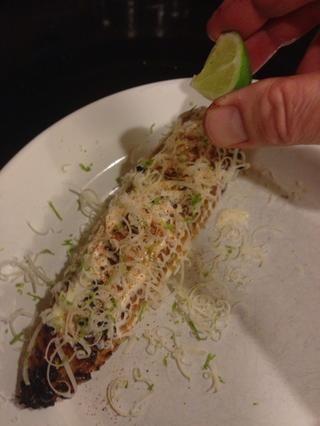 Por último, añadir una capa de pimienta de cayena. Me gusta usar los restos de la cal zested de exprimir un poco de jugo de limón en el maíz.