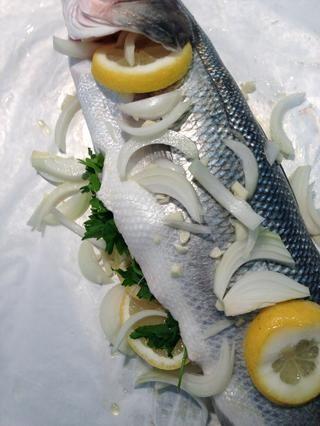 Añadir el aceite de oliva un poco de agua y la parrilla en un horno precalentado a 200 C. 35 minutos para éste. Depende del tamaño de los peces y de su horno