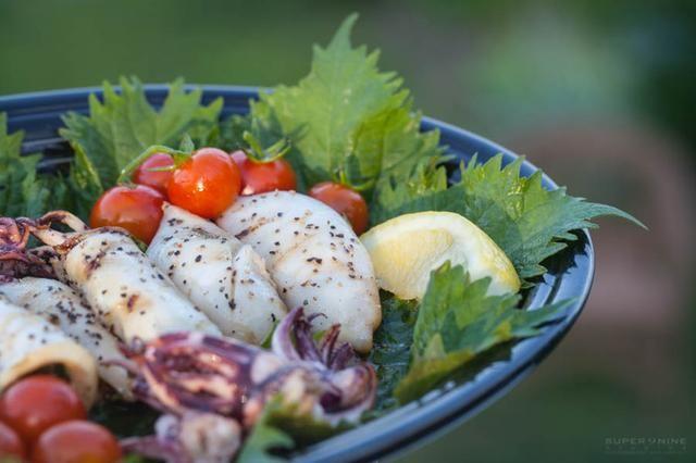 Servir laminado, con rodajas de limón y la salsa de soja para mojar.