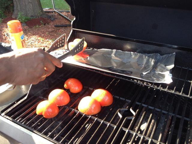 Yo la parrilla el extremo abierto de los tomates directamente en la parrilla para obtener marcas de la parrilla bastante en ellos